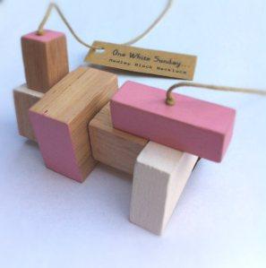 Pink / weiße Holzkette von OneWhiteSunday um ca. 46 Euro