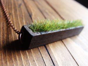 Holz und Gras Kette von aptoArt um ca. 28 Euro