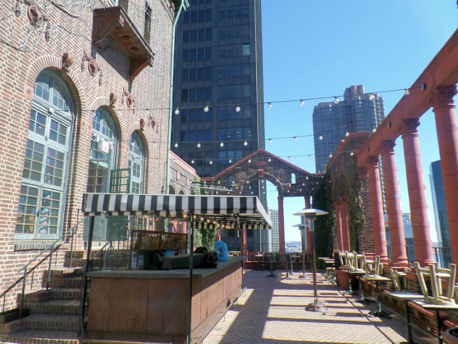 Rooftop im Pod Hotel - untertags nett zum Sonnentanken - am Abend nett zum Drinken