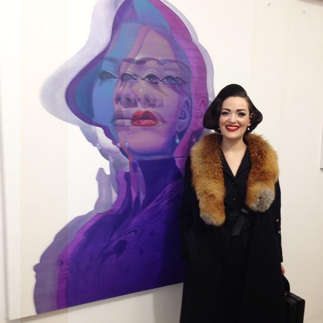 """Mira vor einem Bild namens """"Mira"""" gemalt von Alex Kiessling aus der Serie """"Shifts"""""""