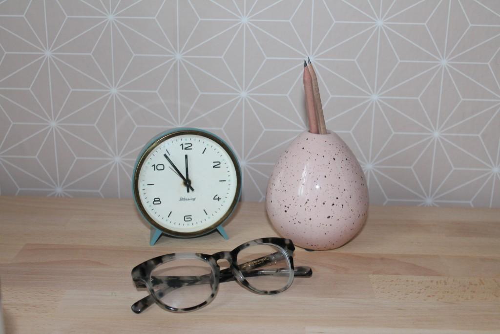 Die Uhr habe ich bei Humana gekauft, die Brille bei Lena Hoschek und die Vase ist von