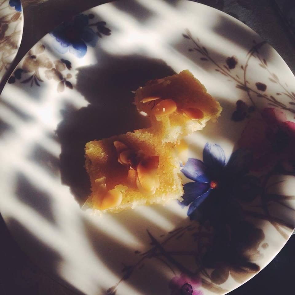 Arabischer Grießkuchen von der Sonne geküsst.