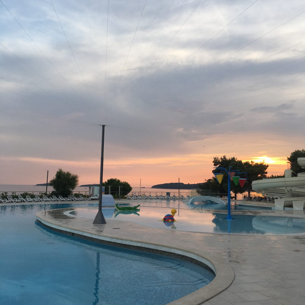 Romantische Abendsonne beim Pool.
